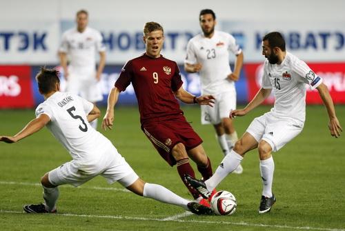 Alexandr Kokorin (Nga) trong vòng vây các cầu thủ Liechtenstein