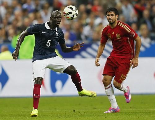 Diego Costa bị hàng thủ Pháp vô hiệu hóa