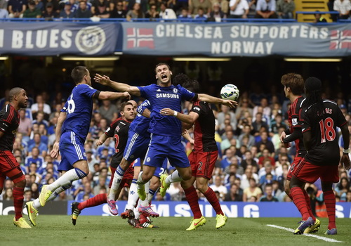 Diego Costa (giữa) đánh đầu gỡ hòa 1-1