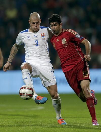 Hung thần Diego Costa (phải) tắt tiếng trước sự đeo bám của Martin Srktel