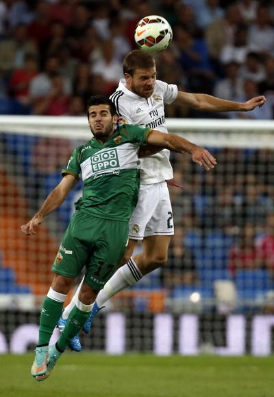 Elche chỉ làm khó Real Madrid trong những phút đầu trận với bàn thắng từ chấm 11 mét