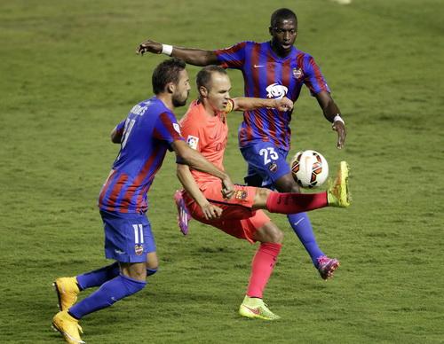 Iniesta trong vòng vây các hậu vệ Levante