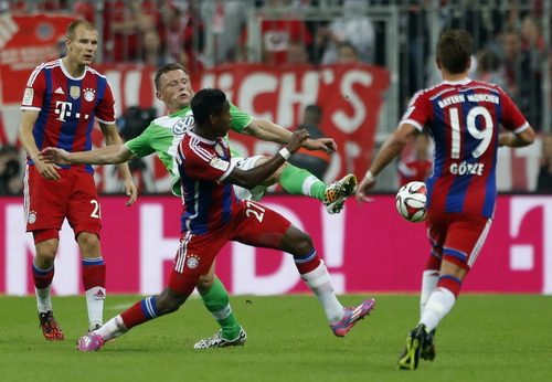 Ivica Olic (giữa) ghi bàn cho Wolfsburg