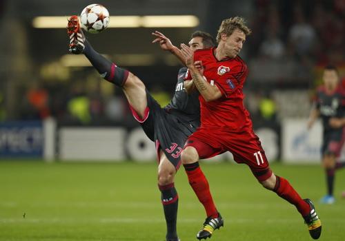 Stefan Kiessling (Leverkusen, phải) tranh chấp với Jardel (Benfica)