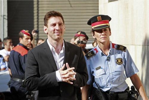 Messi vui vẻ rời phiên giải trình trước tòa năm 2013, nay có nguy cơ phải trở lại