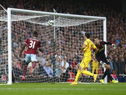 Pha dứt điểm nửa chuyền của Diafra Sakho đánh bại hàng thủ Liverpool (Erner Valencia chờ sẵn phía sau)