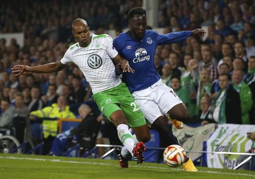 Lukaku (phải) đi bóng trước Naldo của Wolfsburg