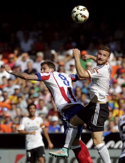 Mandzukic (trái) không làm người hâm mộ Atletico quên được Diego Costa