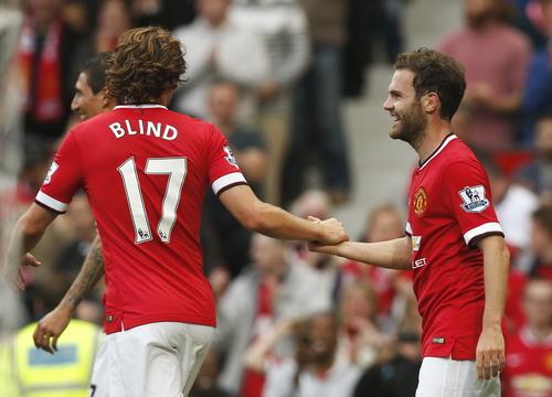 Mata (phải) ghi bàn ấn định tỉ số 4-0 cho trận đấu