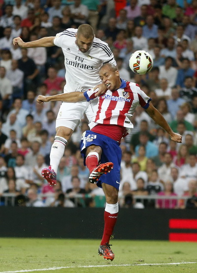 Benzema tranh chấp bóng với Miranda