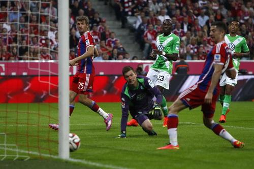 Thomas Mueller (25) mở tỉ số cho Bayern, bàn thắng đầu tiên của mùa bóng mới