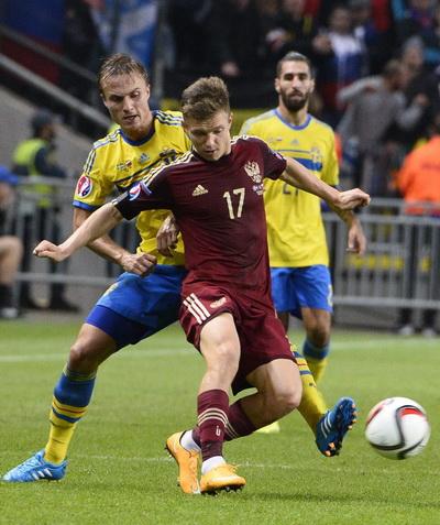 Igor Shatov đi bóng trước hàng phòng ngự Thụy Điển