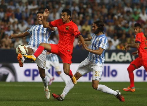 Pedro (giữa) bất lực trước hàng thủ Malaga, phía sau là Neymar chực chờ