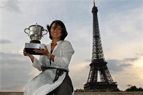 Bên chiếc cúp vô địch Pháp mở rộng 2011 ở chân tháp Eiffel