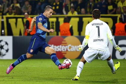 Các chân sút Arsenal (trong ảnh - Podolski) hầu như không làm khó nổi thủ thành Weidenfeller