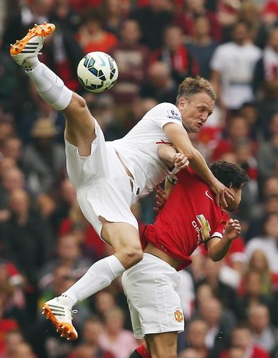 Trận đấu khởi đi khá quyết liệt giữa cầu thủ hai đội