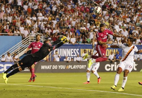 Pha đánh đầu của Ramos không thắng nổi thủ môn Skorupski
