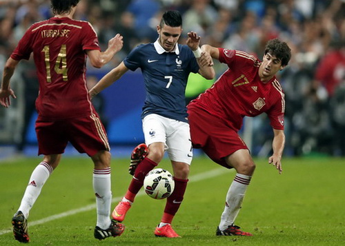 Remy Cabella giữa vòng vây hậu vệ Tây Ban Nha