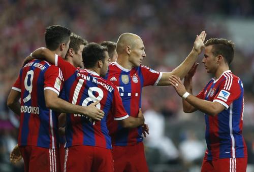 Robben được đồng đội chia vui sau bàn thắng thứ nhì