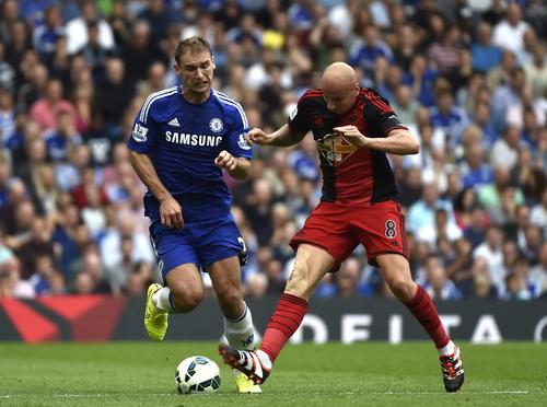 Hàng hậu vệ Chelsea làm việc vất vả trước những pha tấn công của Swansea