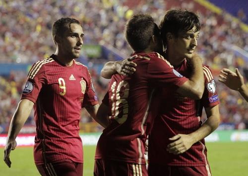 David Silva (phải) chia vui cùng đồng đội