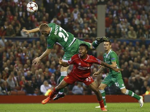 Raheem Sterling chơi xông xáo trên hàng công Liverpool