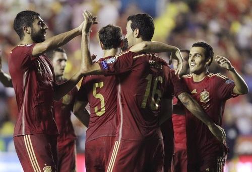 Sergio Busquet (16) và Pedro (bìa phải), tác giả hai trong 5 bàn thắng