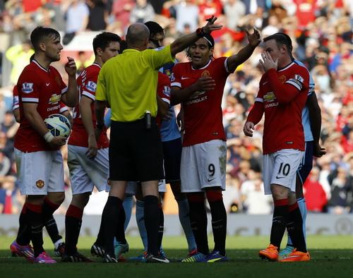 Tấm thẻ đỏ của Rooney khiến Man United phải khốn đốn trong hơn 30 phút cuối trận