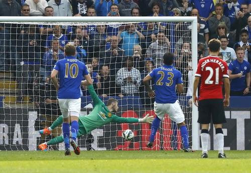 Ulloa có cú đúp trong chiến thắng ngoạn mục trước Man United