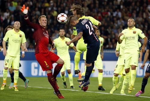 Pha đánh đầu của cầu thủ nhỏ con Verratti trước cầu môn Barca