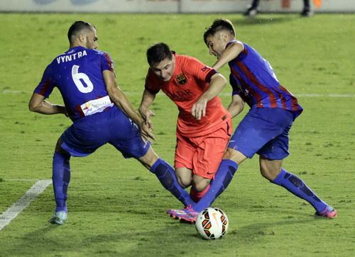 Vyntra phạm lỗi với Messi và bị truất quyền thi đấu khiến Levante khốn đốn cả trận