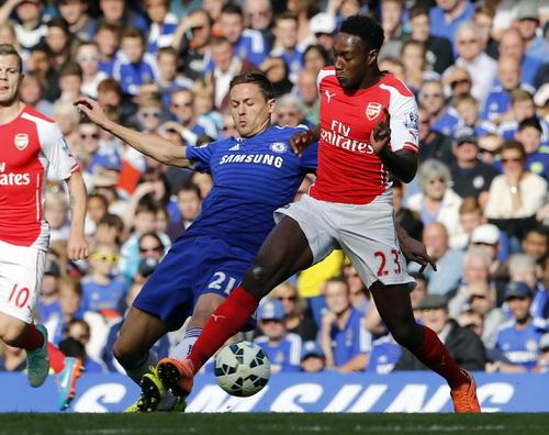 Danny Welbeck không thắng nổi các hậu vệ Chelsea