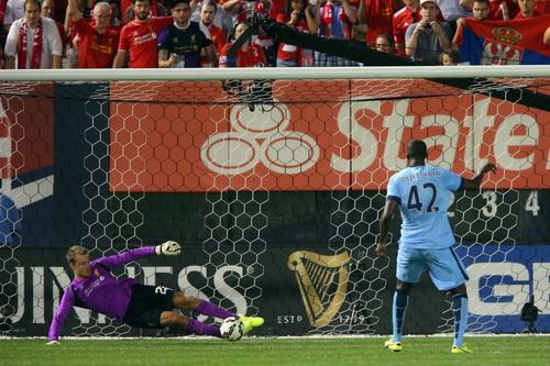 Yaya Toure và hai đồng đội bị thủ môn Migmolet cản phá trên chấm đá luân lưu