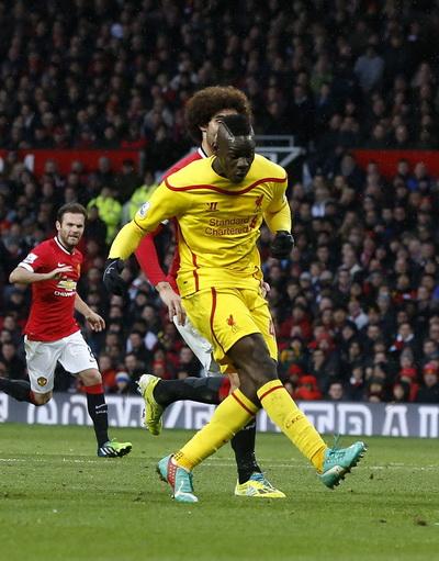 Balotelli thi đấu năng nổ ở trận đấu với Man United