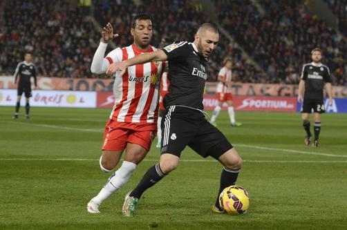 Benzema tranh bóng với Cacedo, Real Madrid khởi đầu khó khăn trên sân Almeria