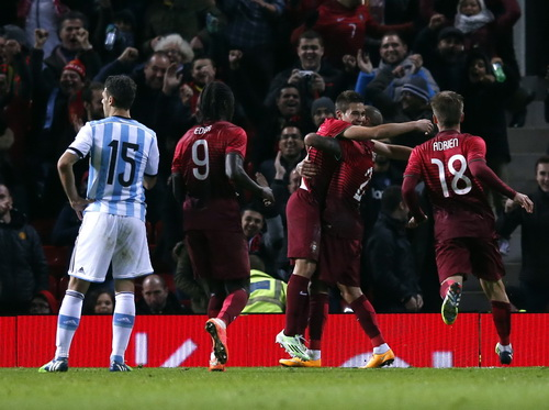 Raphael Guerreiro (giữa) vui mừng sau bàn thắng vào lưới Argentina phút bù giờ