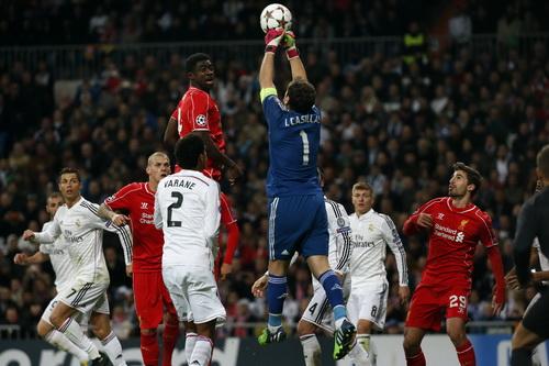 Hàng thủ Real Madrid trước pha hãm thành của đội khách Liverpool