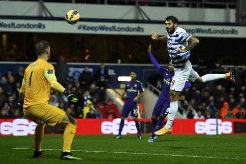 Charlie Austin phá lưới Man City đến ba lần trong trận