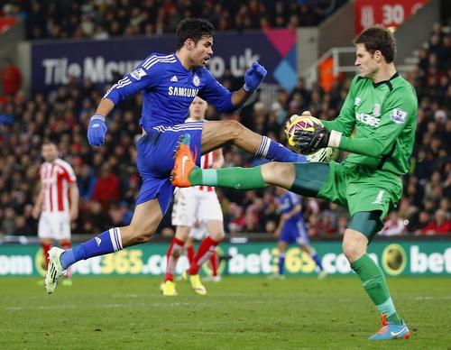 Diego Costa đối mặt với thủ môn Begovic