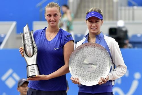 Hai tay vợt nhận cúp sau trận chung kết