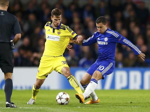 Eden Hazard (phải) ghi cú đúp trong chiến thắng 6-0 của Chelsea
