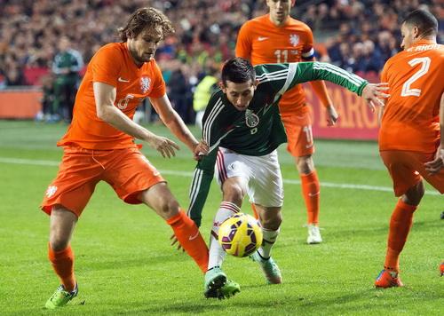 Hàng thủ Hà Lan vất vả trước các chân sút Mexico