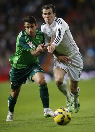 Gareth Bale tranh chấp bóng với hậu vệ Hugo Mallo