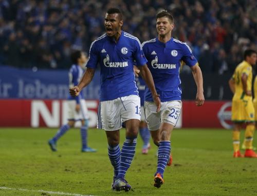 Choupo-Moting (trái) và Hunterlaar mừng chiến thắng của Schalke