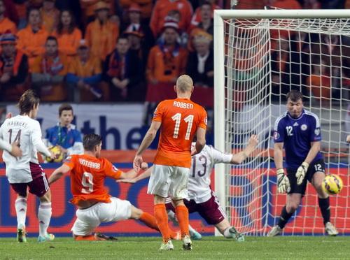 Hunterlaar (9) có cú đúp bàn thắng cho Hà Lan