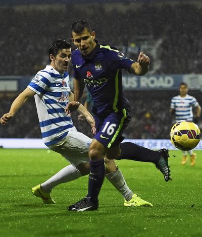 Sergio Aguero (phải) lập cú đúp, Man City vẫn mất điểm trước QPR