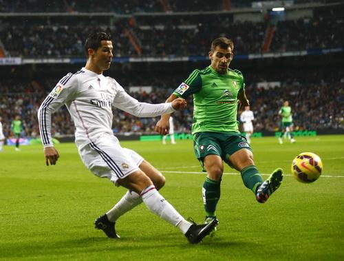Johny Castro phạm lỗi với Ronaldo, dẫn đến quả phạt đền phút 35