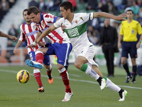 Mario Mandzukic (giữa) ghi bàn cho Atletico Madrid