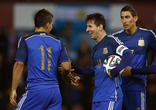 Messi chia vui với Sergio Aguero và Di Maria