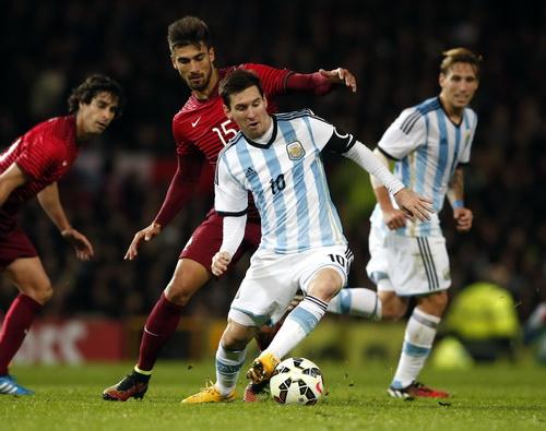 Messi chơi xông xáo hơn nhưng cơ hội của anh cũng không nhiều chỉ trong 45 phút